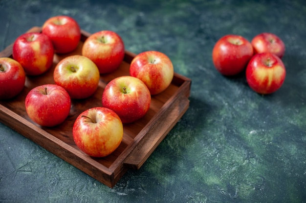 Frente maçãs vermelhas frescas na cor azul-escuro frutas saúde árvore pêra verão maduro maduro