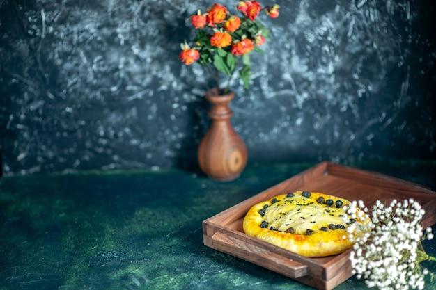 Frente pão saboroso na madeira servindo flores em um vaso na mesa espaço livre