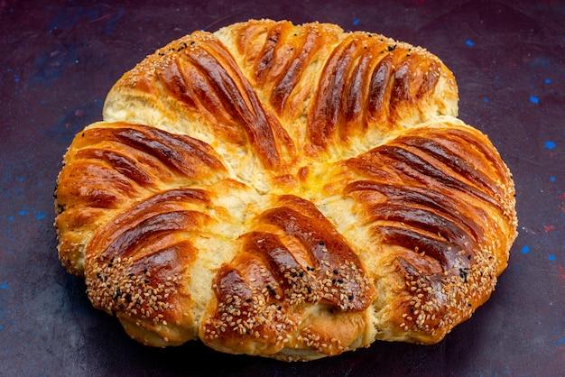 Frente perto vista deliciosa pastelaria pão assado em fundo escuro.