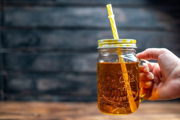 Frente suco de maçã fresco dentro da lata com canudo na mesa de madeira bebida foto cocktail bar frutas cor