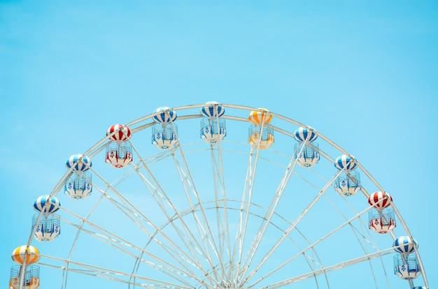 Frente, vista, de, metade, retro, coloridos, roda ferris, sobre, céu azul, fundo