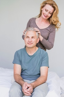 Frente, vista, idoso, mulher, tocar, maridos, cabelo