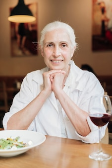 Frente, vista, mulher velha, posar, em, restaurante