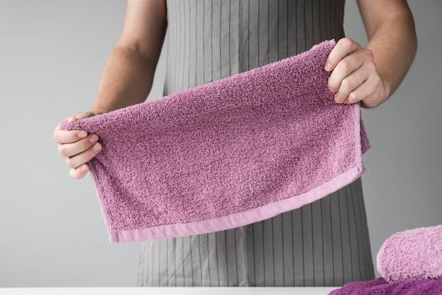 Frente vista pessoa toalhas dobráveis