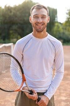 Frente, vista, sorrindo, homem, ligado, quadra tênis