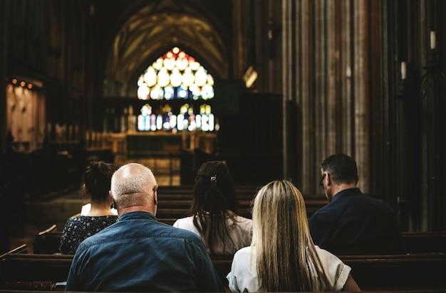 Frequentadores da igreja sentado no banco da igreja