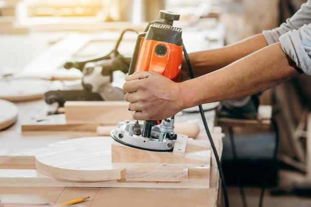 Fresadora manual automática para madeira