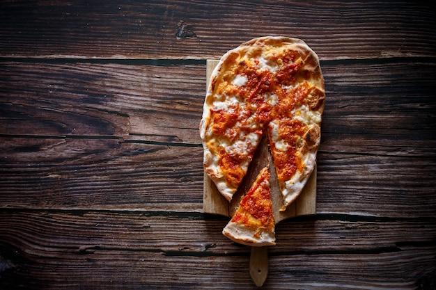 Fresco, apenas fez pizza italiana em um de madeira