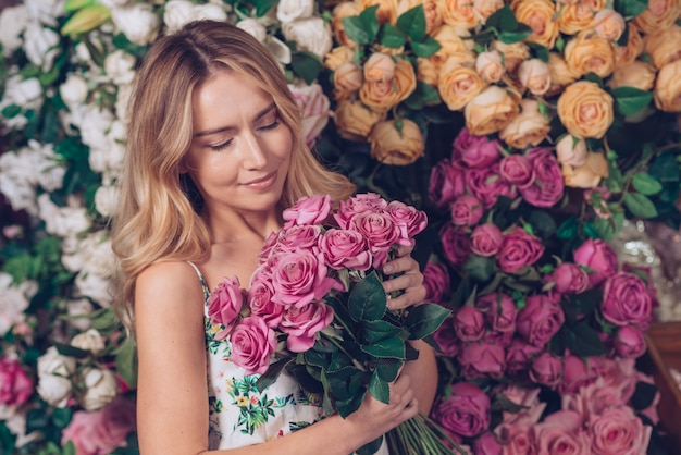 Fresco, bonito, mulher jovem, segurando, rosa, buquet, em, mão