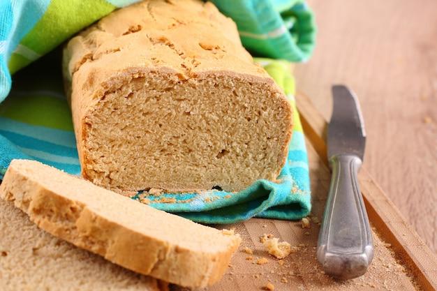 Fresco do pão livre de glúten de forno em uma placa de corte