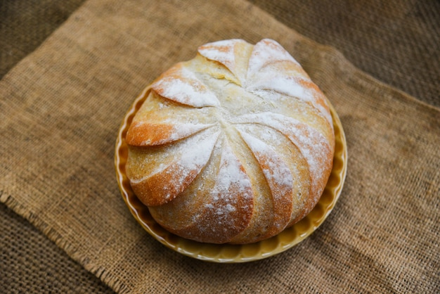 Fresco, pão padaria, bandeja, ligado, a, saco, fundo caseiro, pão comida, conceito, redondo, loaf pão