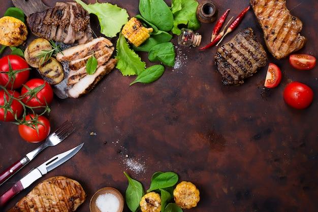 Frescos, três, tipos, de, bife grelhado, ligado, prato ardósia, com, ervas, tomate, e, grelhados, batatas