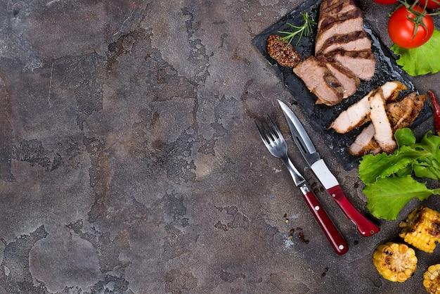 Frescos, três, tipos, de, bife grelhados, (pork, beef), ligado, prato ardósia, com, ervas, tomate