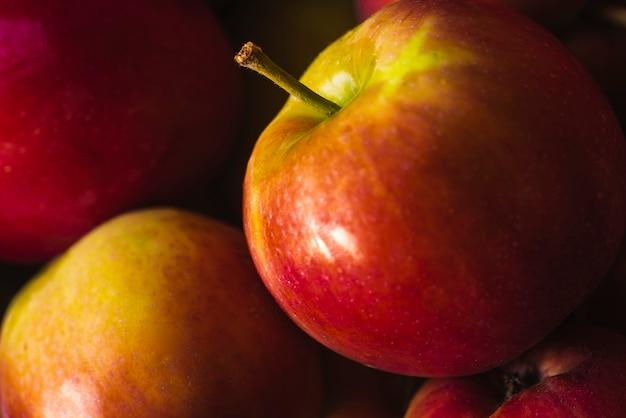 Frescura de maçãs vermelhas maduras