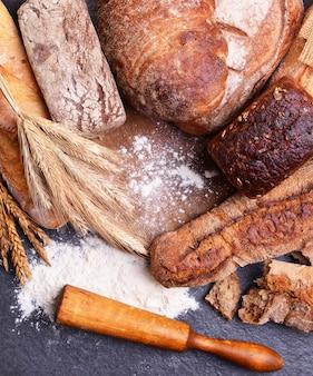 Frescura de pães perfumados e espigas de trigo