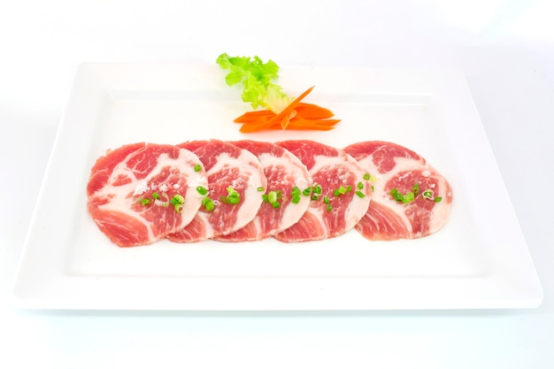 Frescura deslizou a carne de porco no prato branco para grill