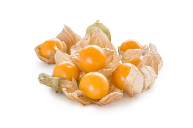 Fresh pichuberry (cape gooseberry), frutos silvestres, uchuva em fundo branco