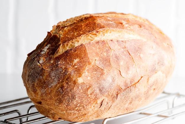 Freshy pão caseiro na luz - mesa de mármore cinza decorada toalha de têxteis.
