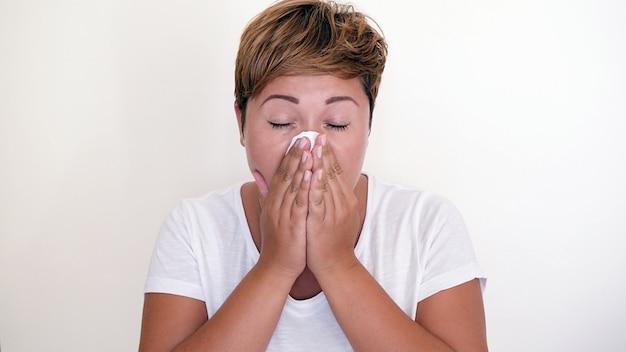 Fria na cabeça. conceito de temporada de espirro