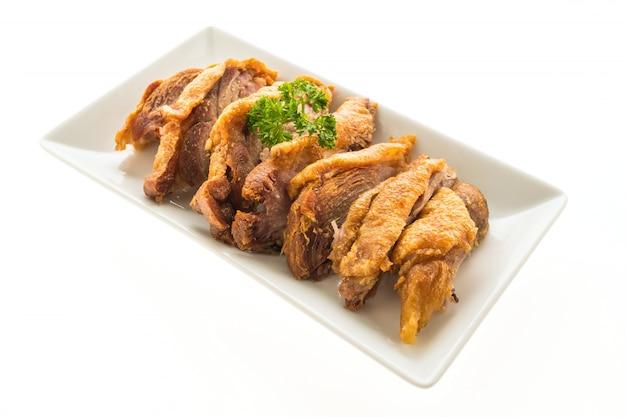 Fried carne de porco crocante isolado no fundo branco