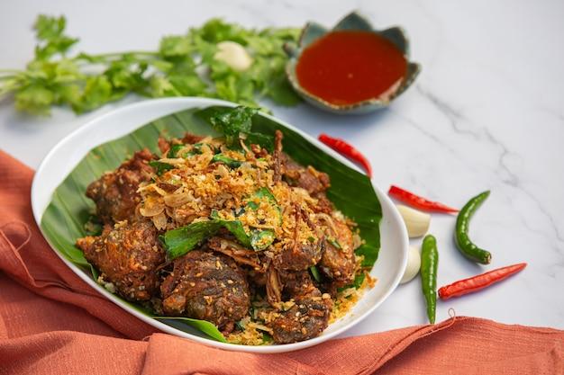 Fried frog com conceito tailandês do alimento do alho e da pimenta.