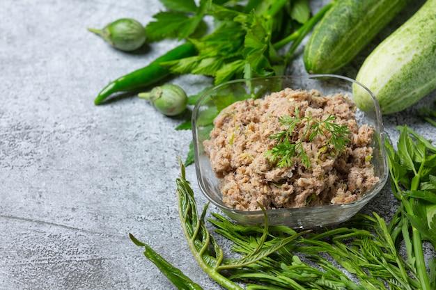 Fried mackerel chili paste e conjunto de vegetais, comida tailandesa.