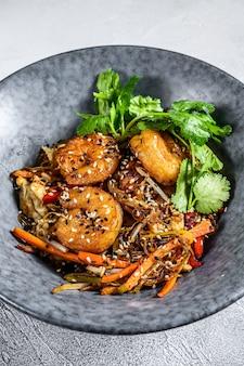 Fried noodles tailandês com camarões, camarões. pad thai. fundo branco. vista do topo