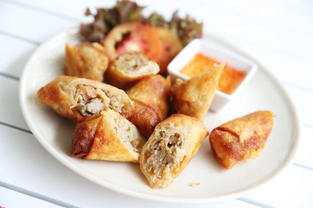 Fried spring roll, também conhecido como egg roll