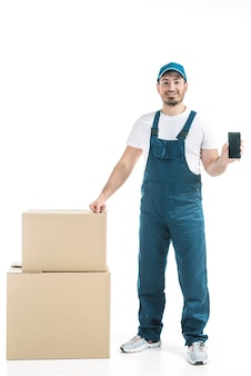 Friendly deliveryman mostrando smartphone