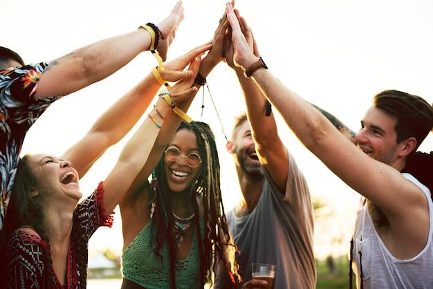 Friends hands together unity no evento do festival