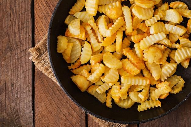 Frigideira com batata frita de forma rural.