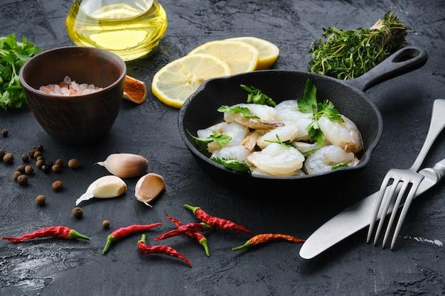 Frigideira com camarão fresco cru com especiarias e ervas