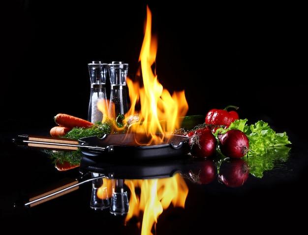 Frigideira com fogo ardente dentro