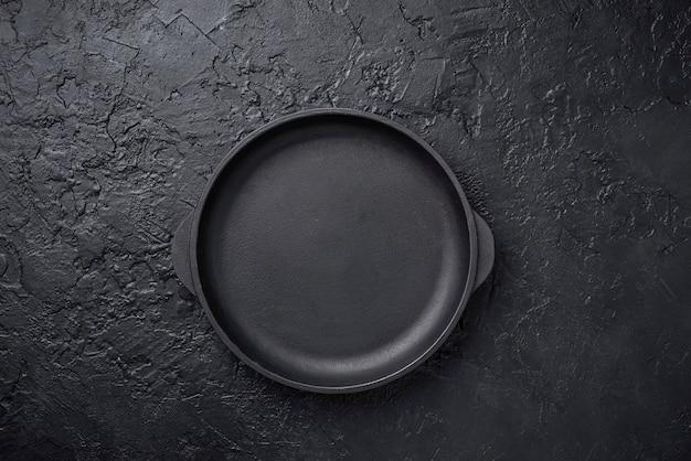 Frigideira de ferro fundido em fundo preto