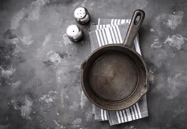 Frigideira de ferro fundido na mesa cinza