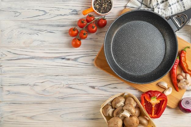 Frigideira e ingredientes orgânicos frescos