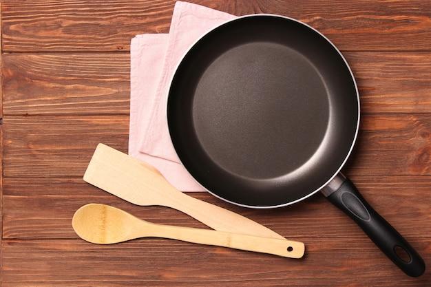 Frigideira e vista de cima da mesa de madeira para cozinhar