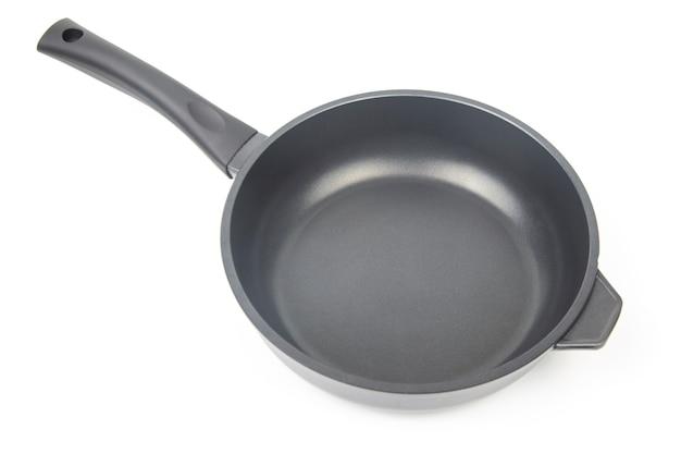 Frigideira preta com revestimento antiaderente de teflon em fundo branco