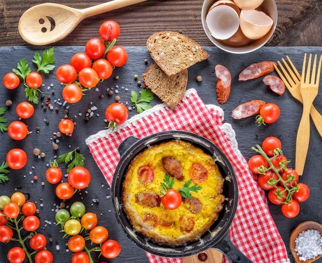 Frigideira redonda com omelete frita