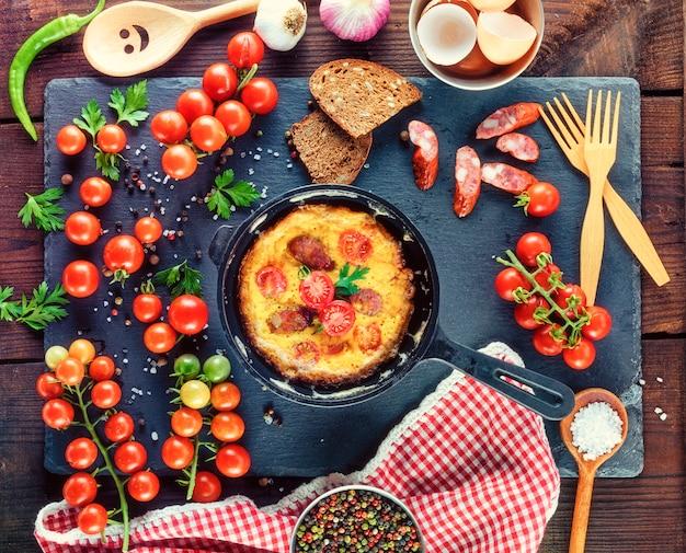 Frigideira redonda preta com omelete frita