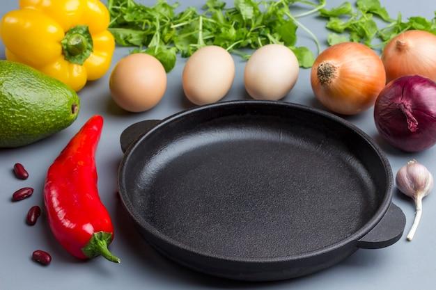 Frigideira. um conjunto de vegetais para uma dieta saudável