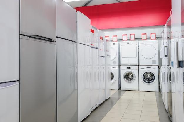 Frigoríficos e mashines de lavagem na loja de eletrodomésticos