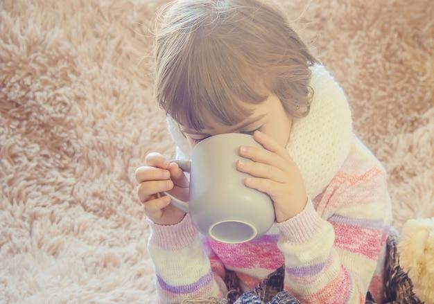 Frio na criança. nariz a pingar. foco seletivo. crianças.