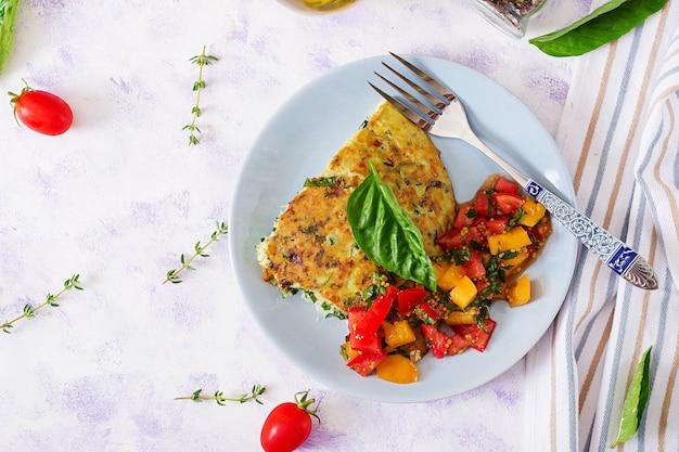 Fritada com abobrinha, queijo, manjericão e salsa de tomate. café da manhã útil. omelete italiana.