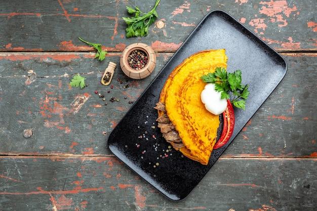 Fritada com carne e ovo escalfado. omelete gourmet saborosa de ovo