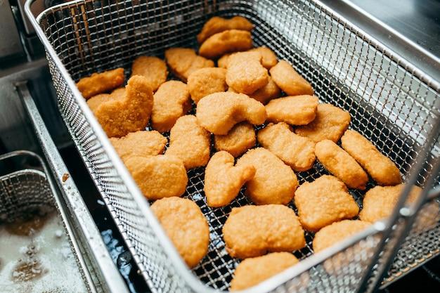 Fritadeiras e grelhados, equipamentos de um restaurante fast food