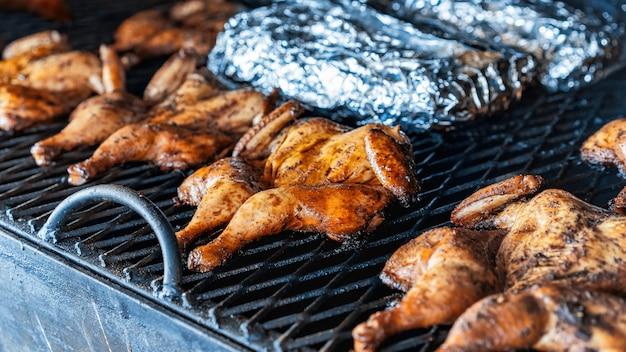 Fritar galinhas na grelha. bbq. comida de rua
