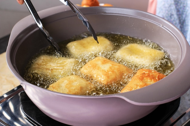 Fritar pão frito (odading) ou roti bantal. passo a passo na cozinha fazendo pão caseiro