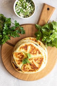 Fritar pão sírio cheio de ervas e queijo