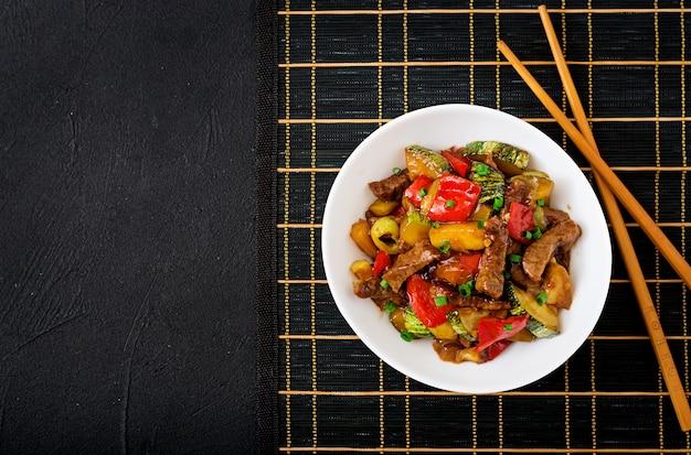Frite a carne, pimentão, abobrinha e maçã verde